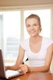 Adolescente felice con il computer portatile Fotografie Stock