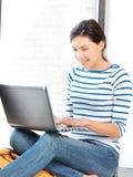 Adolescente felice con il computer portatile Immagini Stock