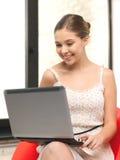 Adolescente felice con il computer portatile Fotografia Stock