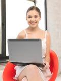 Adolescente felice con il computer portatile Immagini Stock Libere da Diritti
