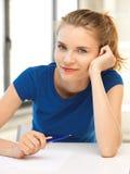 Adolescente felice con la penna e la carta Fotografia Stock Libera da Diritti