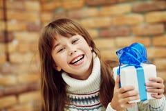 Adolescente felice con un regalo Immagine Stock