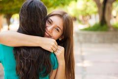 Adolescente feliz abrazando a su amigo Imagenes de archivo