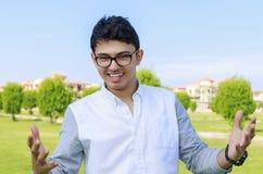 Adolescente feliz al aire libre con la mano abierta Imagenes de archivo