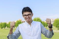 Adolescente feliz al aire libre y muestra de la victoria, acertada Imágenes de archivo libres de regalías