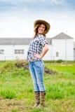 Adolescente feliz bastante sonriente el día soleado adentro   Fotografía de archivo