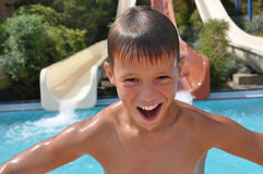 Adolescente feliz cerca de un tobogán acuático Fotos de archivo libres de regalías