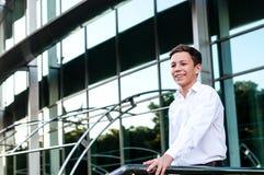 Adolescente feliz cerca del centro de negocios Imágenes de archivo libres de regalías