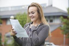 Adolescente feliz com bons resultados do exame foto de stock