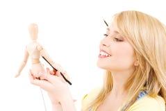 Adolescente feliz com o manequim modelo de madeira Imagens de Stock Royalty Free