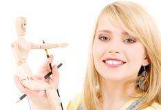 Adolescente feliz com o manequim modelo de madeira Fotos de Stock Royalty Free