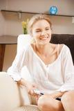Adolescente feliz com telecontrole da tevê Fotografia de Stock Royalty Free