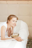 Adolescente feliz com telecontrole e pipoca da tevê Imagens de Stock Royalty Free