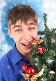 Adolescente feliz con el árbol de navidad Fotografía de archivo libre de regalías