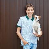 Adolescente feliz con el animal doméstico Fotos de archivo