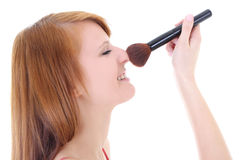 Adolescente feliz con el cepillo del maquillaje Imagenes de archivo