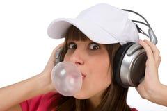 Adolescente feliz con el chicle de globo y los auriculares Imagen de archivo libre de regalías
