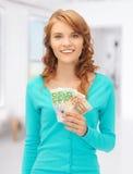 Adolescente feliz con el dinero euro del efectivo Foto de archivo