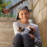 Adolescente feliz con el gatito Fotografía de archivo