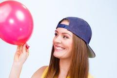 Adolescente feliz con el globo rojo Imagen de archivo libre de regalías