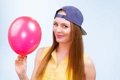 Adolescente feliz con el globo rojo Foto de archivo libre de regalías