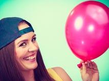 Adolescente feliz con el globo rojo Foto de archivo