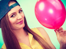 Adolescente feliz con el globo rojo Fotografía de archivo
