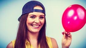 Adolescente feliz con el globo rojo Imágenes de archivo libres de regalías