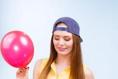 Adolescente feliz con el globo rojo Fotografía de archivo libre de regalías
