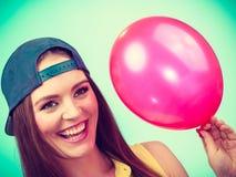 Adolescente feliz con el globo rojo Imagenes de archivo
