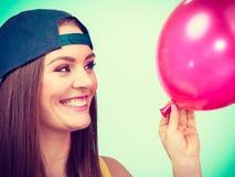 Adolescente feliz con el globo rojo Fotos de archivo libres de regalías