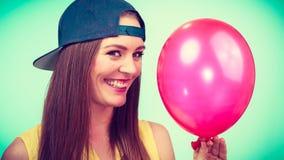 Adolescente feliz con el globo rojo Imagen de archivo