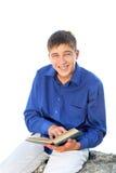 Adolescente feliz con el libro Imágenes de archivo libres de regalías