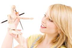 Adolescente feliz con el maniquí modelo de madera Fotos de archivo libres de regalías