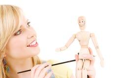 Adolescente feliz con el maniquí modelo de madera Imágenes de archivo libres de regalías