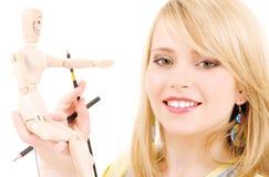 Adolescente feliz con el maniquí modelo de madera Imagen de archivo