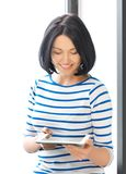 Adolescente feliz con el ordenador de la PC de la tableta Fotografía de archivo