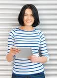 Adolescente feliz con el ordenador de la PC de la tableta Imágenes de archivo libres de regalías