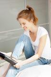 Adolescente feliz con el ordenador de la PC de la tableta Imagen de archivo