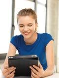 Adolescente feliz con el ordenador de la PC de la tableta Foto de archivo