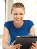 Adolescente feliz con el ordenador de la PC de la tableta Fotos de archivo libres de regalías