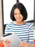 Adolescente feliz con el ordenador de la PC de la tableta Foto de archivo libre de regalías