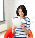 Adolescente feliz con el ordenador de la PC de la tableta Fotografía de archivo libre de regalías