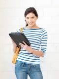 Adolescente feliz con el ordenador de la PC de la tableta Imagenes de archivo