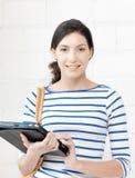 Adolescente feliz con el ordenador de la PC de la tableta Fotos de archivo