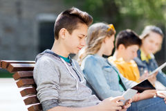 Adolescente feliz con el ordenador de la PC de la tableta al aire libre Imagen de archivo libre de regalías