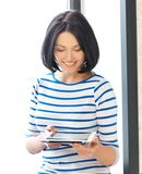 Adolescente feliz con el ordenador de la PC de la tablilla Fotografía de archivo