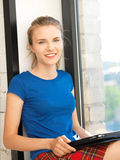 Adolescente feliz con el ordenador de la PC de la tablilla Imagen de archivo libre de regalías