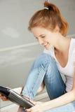 Adolescente feliz con el ordenador de la PC de la tablilla Imagen de archivo