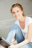 Adolescente feliz con el ordenador de la PC de la tablilla Foto de archivo libre de regalías